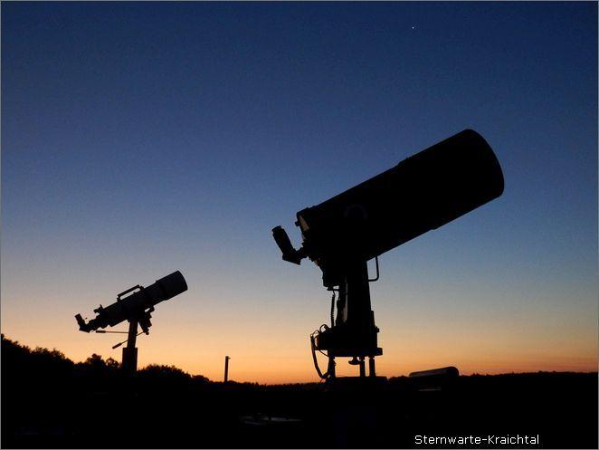 Teleskop den blick über die felder und häuser und der küste auf